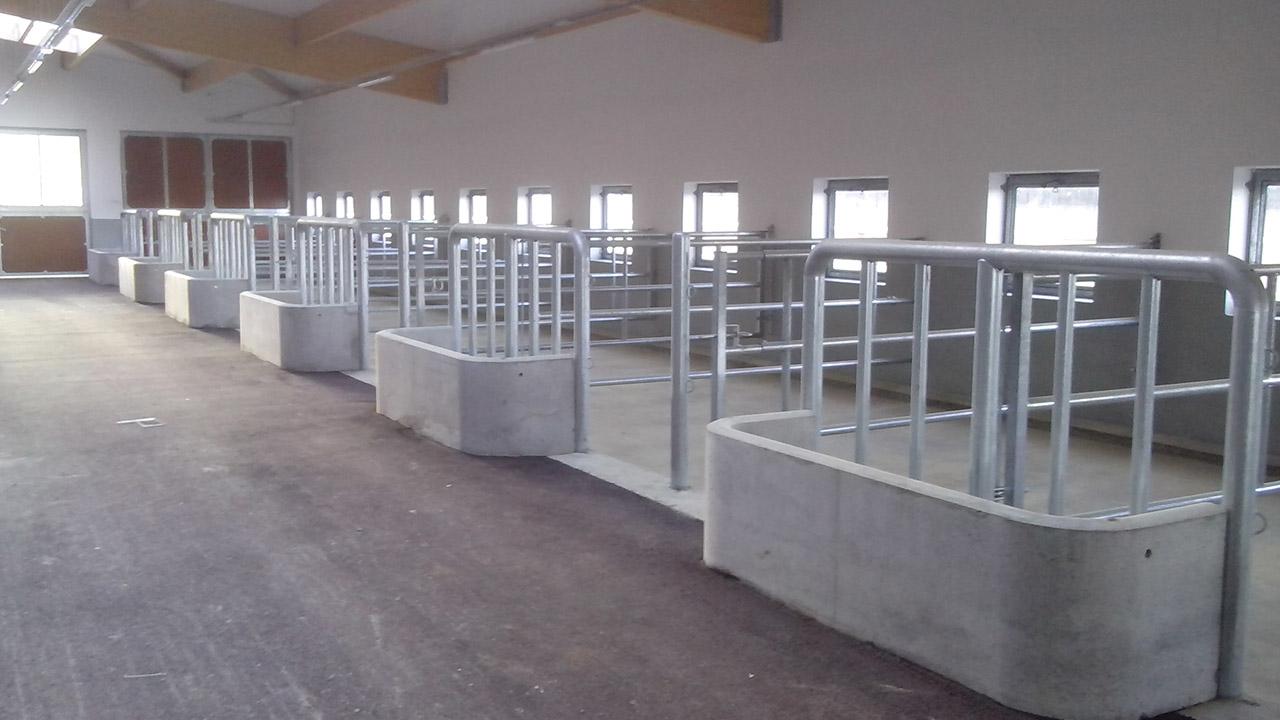 Extension du centre équestre – Réalisation de 14 auges en béton préfabriquées